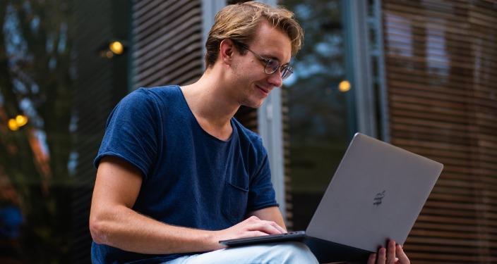 SEO ekspert IT stručnjak i laptop