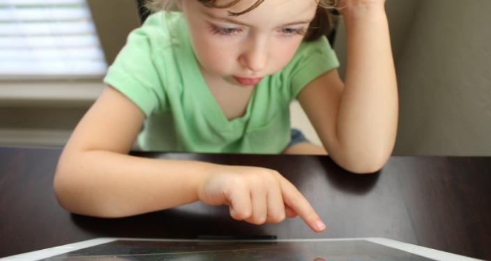 Dete programira na tabletu