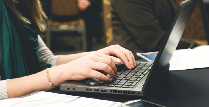 pisanje promo emaila na laptopu