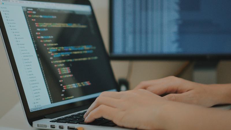 pisanje koda programeri laptop