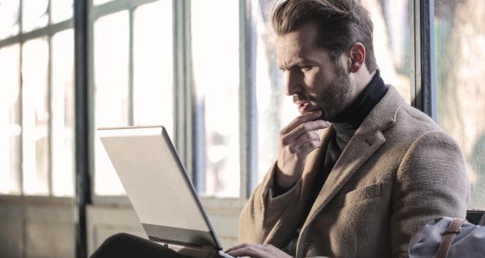 Biznismen na laptopu odnosi s javnošću internet